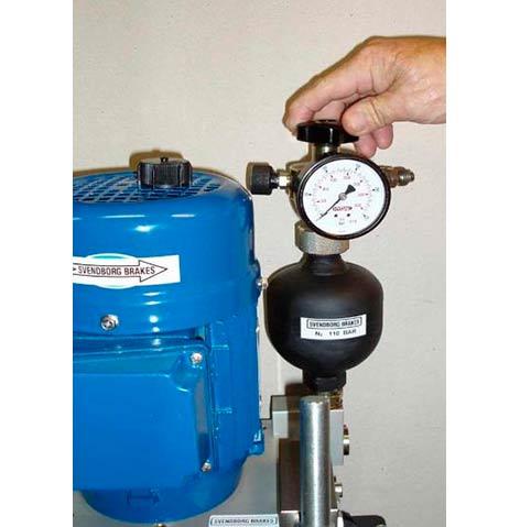 Vista de la mano del operador regulando la presión en el manómetro, actuando sobre mando regulador.