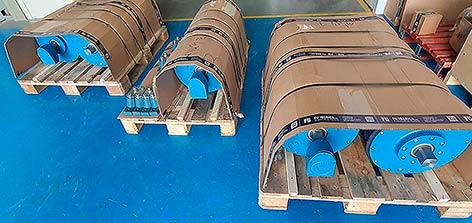 Tres palets con la preparados para la carga de los cinco mototambores que contienen. También se observan los soportes laterales.